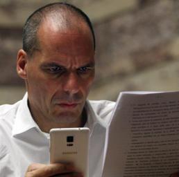 Yanis Varoufakis   legge dei documenti   con le proposte di  Syriza (Epa) (EPA)