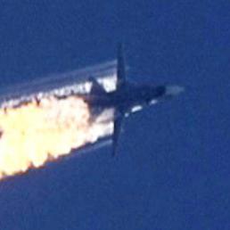 Un fermo immagine tratto da un video HaberTurk TV Channel mostra il jet russo in fiamme dopo essere stato colpito sul confine tra Turchia e Siria dagli F-16 turchi (Epa) (EPA)