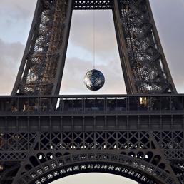 """La torre Effel con l'opera d'arte """"Earth Crisis """" dell'artista americano Shepard Fairey per il Mondiale Climate Change Conference 2015 ( COP21 ) - Reuters (REUTERS)"""