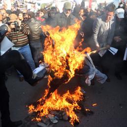 Iraq, sciiti bruciano in piazza le foto del Re Salman dell'Arabia Saudita (Ap)