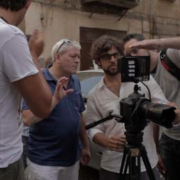 """Il regista Gaetano Di Vaio (al centro) nel corso delle riprese di """"Largo baracche"""" (Ansa)"""