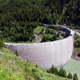 L'adeguamento della diga di Beauregard. I lavori (nella foto, come l'impianto appariva lo scorso luglio) sono cominciati nel settembre del 2011 e il termine delle opere è' previsto per il dicembre 2015. L'intervento si è reso necessario a causa di movimenti sulla sponda sinistra del bacino