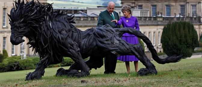 Un leone di copertoni. Nei Chatsworth House Gardens dei duchi di Devonshire, nel Regno Unito, una scultura di Yong Ho Ji realizzata con pneumatici usati