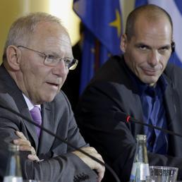 Nella foto Schaeuble con Varoufakis (AP)