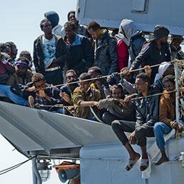Un gruppo di 545 migranti arrivato nel porto di Salerno a bordo della nave Chimera, 22 aprile 2015. ANSA/ CIRO FUSCO