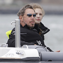 Larry Allison sul catamarano Oracle durante l'America's Cup del 2013 (Ap) (Bloomberg)