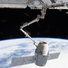 La capsula Dragon della SpaceX che attualmente rifornisce la Stazione Sapaziale Internazionale di cibo, pezzi di ricambio e materiali per esperimenti