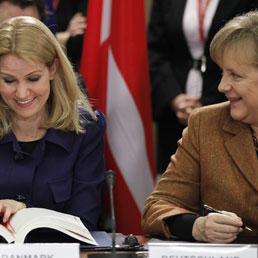 Il cancelliere tedesco Angela Merkel e il primo ministro danese Helle Thorning Schmidt (Epa)
