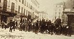 Tumulti di Milano del 6-9 maggio 1898: il popolo in rivolta costruisce la grande barricata di Corso Garibaldi 06-09/05/1898 Comerio Luca Raccolte Museali Fratelli Alinari (RMFA), Firenze