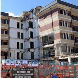 La Casa dello studente a L'Aquila oggi 2 aprile 2011 con le foto degli otto studenti morti nel crollo . - Ansa