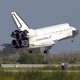 In pensione lo Shuttle, non il grande sogno. Nella foto lo Shuttle Atlantis atterra sulla pista della base di Cape Canaveral, in Florida (Ansa)
