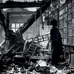 La Holland House Library di Londra distrutta dai bombardamenti aerei nel 1940