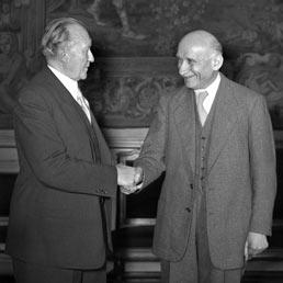 Il cancelliere tedesco Konrad Adenauer e il ministro degli Esteri francese Robert Schuman in un incontro a Parigi