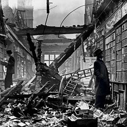 La Holland House Library di Londra distrutta dai bombardamenti aerei nel 1940 (Corbis)