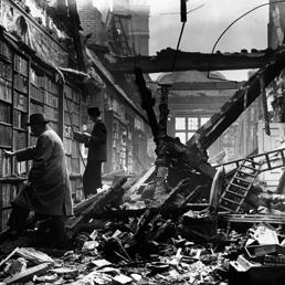 Londra 1940. La Holland House Library distrutta dai bombardamenti aerei nazisti