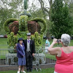 Una corona da cinque tonnellate e 13mila piante differenti installata nel St James Park, nel centro di Londra, per festeggiare il Diamond Jubilee, ovvero i 60 anni di regno di Elisabetta