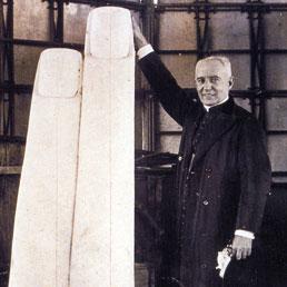 Un sacerdote mostra la grandezza delle dita della statua del Cristo Redentor di Rio de Janeiro in una foto del 1930