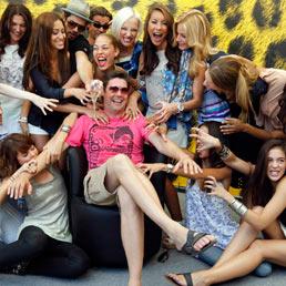 Il regista Svizzero Michael Steiner (al centro) posa con le ragazze del cast del suo ultimo film. (Ap)