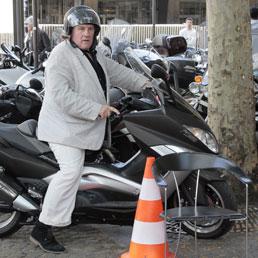 Gerard Depardieu a bordo del suo scooterone in una foto dello scorso maggio (Afp)