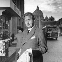 Una scena del film L'arte di arrangiarsi Alberto Sordi in via della Conciliazione 1955 (Archivio Enrico Appetito)