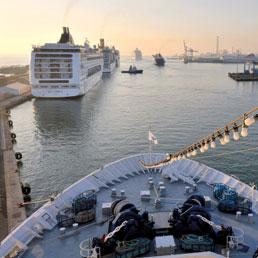 Una veduta del porto di Civitavecchia con le grandi navi da crociera all'attracco