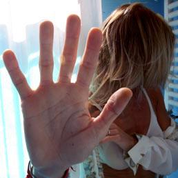In Italia ogni 2,5 giorni viene uccisa una donna. Guerra: la violenza sulle donne costa allo Stato 2,4 mld l'anno