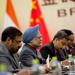 """Non più """"emergenti"""", ma """"mercati della crescita"""". I Brics celebrano il loro terzo summit annuale. Nella foto al centro il primo Ministro indiano, Manmohan Singh, durante l'incontro bilaterale con il presidente cinese Hu Jintao in occasione del summit dei Paesi Brics (AP Photo)"""