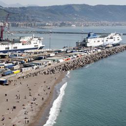 Il porto. Lo scalo commerciale di Salerno su cui stanno per partire importanti lavori per ampliare le banchine, migliorare i servizi e per dragare i fondali (Marka)