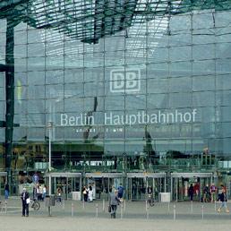 Bioarchitettura.Il tetto della stazione centrale di Berlino è rivestito con 780 moduli solari e 78.000 potenti celle solari trasparenti
