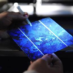 Un nuovo pannello solare che sfrutta contemporaneamente la luce e il calore del Sole. Nella foto il prototipo realizzato con idruro di gallio e cesio (Copyright Stanford University)