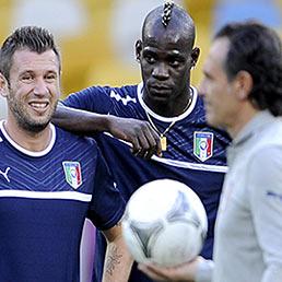 Nella foto il ct Cesare Prandelli (a destra) durante una sessione di allenamento con Cassano (a sinistra) e balotelli (Ansa)