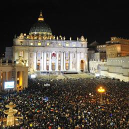 Nella foto la folla radunata in Piazza San Pietro in attesa del nuovo Pontefice (AFP Photo)