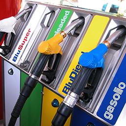 L'enigma del prezzo della benzina (Ansa)