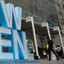 L'ingresso del rinnovato Central World di Bangkok (Afp)