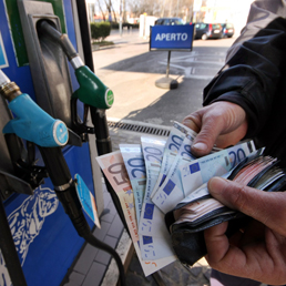 Benzina prezzi record (Fotogramma)