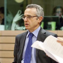 Il ministro delle Politiche agricole, Mario Catania (EPA)