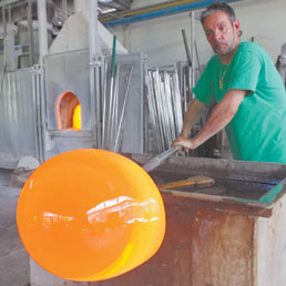 Un mastro vetraio al lavoro in un laboratorio di Murano