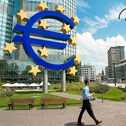 Asta Bce ben oltre le attese, assegnati 111 miliardi di euro. Nella foto il palazzo Eurotower a Francoforte, sede della Banca centrale europea (Marka)