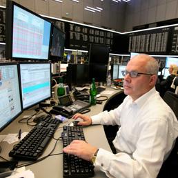 Milano chiude a -0,72% il giorno dopo il taglio di S&P. Spread sotto 280 - I tassi dei BoT a 12 mesi tornano sopra l'1 per cento