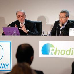 Affare fatto fra Solvey e Rhodia: nasce un nuovo colosso mondiale della chimica. Nella foto il Ceo di Solvay Christian Jourquin (a sinistra) e quello di Rhodia Jean-Pierre Clamadieu (Reuters)