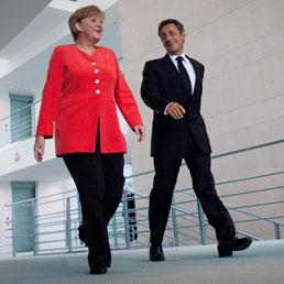 La Merkel apre sugli aiuti alla Grecia. Nella foto il cancelliere tedesco, Angela Merkel (a sinistra) con il presidente francese Nicolas Sarkozy