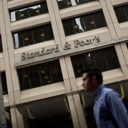 S&P taglia il rating italiano a tripla B. Il Tesoro: scelta superata dai fatti - Letta: Italia resta vigilata speciale