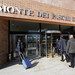 L'arrivo degli azionisti all'Assemblea dell'istituto Mps (Ansa)