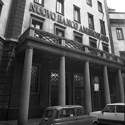 Nella foto la sede del Banco Ambrosiano in Piazza Ferrari a Milano