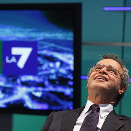 Enrico Mentana negli studi di TgLa7 (Ansa)