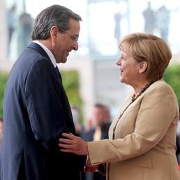 La Grecia annuncia piano per ricomprare il suo debito. Lo spread di Atene scende 1.324 e la Merkel apre a una cancellazione futura del debito (Epa)