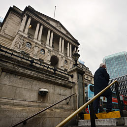 Scandalo Libor, primi arresti a Londra. Nella foto un uomo sale le scale della metropolitana londinese davanti alla sede della Banca d'Inghilterra (AFP Photo)
