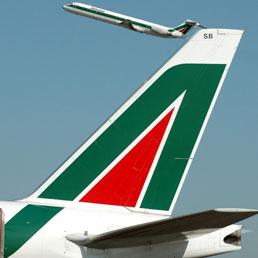 Alitalia, oggi nuovo incontro tra Governo e vertici aziendali - I soci forti tifano Etihad. Lupi: «Mai proposto Fs»