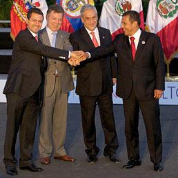 Da sinistra a destra il presidente messicano, Enrique Pena Nieto, colombiano, Juan Manuel Santos, cileno, Sebastian Pinera, e peruviano, Ollanta Humala, durante un vertice di quest'anno (Afp)