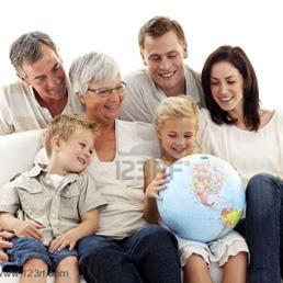 Famiglia felice che guarda un mappamondo